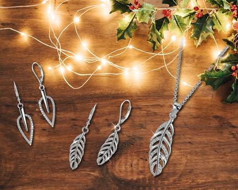 Schillernder Silberschmuck unter dem Weihnachtsbaum zaubert ein Lächeln aufs Gesicht